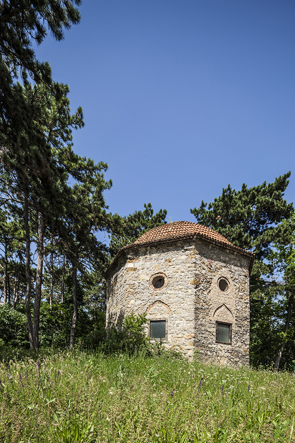 Idriszbaba - Turkish tomb from the 16th century.jpg